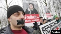 «Sərhədsiz Reportyorlar» təşkilatının İlham Əliyevin Almaniyaya səfərinə qarşı etiraz aksiyası – 21 yanvar 2015.