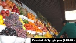 «Көк базардағы» жеміс-жидек пен көкөніс саудасы. Алматы, 28 қараша 2010 жыл.