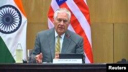 رکس تیلرسن وزیر خارجه ایالات متحدۀ امریکا حین سخنرانی در دهلی جدید.
