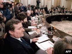 """Заседание """"круглого стола"""" в Варшаве, 1989 год"""