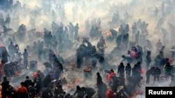Locuitori din Wuhan, China, ard mirodenii de anul nou, 12 februarie, 2016