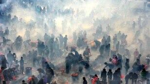 ჩინეთში, ჰუბეის პროვინციაში, ჩინური ახალი წლის მეხუთე დღეს ხალხი საკმეველს აკმევს იღბლის ღმერთის პატივსაცემად. (ფოტო: Reuters)