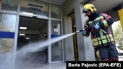 Пожежник дезінфікує вхід до Клінічного центру Чорногорії, Подгориця, 20 березня 2020 року