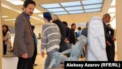 Скульптура Тлеуберды Бинашева «Раздумье», выполненная из гранита и бронзы. Алматы, 11 ноября 2015 года.