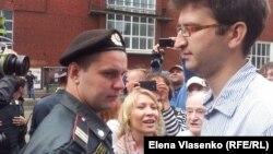 Гражданские активисты и сторонники оппозиции у здания Следственного комитета в Москве. 16 июня 2012 года.