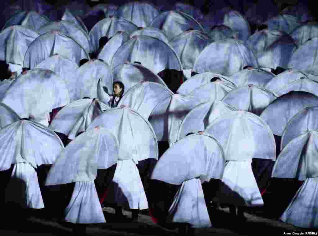 Танец на церемонии открытия Игр. Место их проведения - берег озера Иссык-Куль, окруженного горами Тянь-Шанб