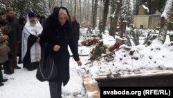 Дачка Тамары Казевіч Ірына кідае зямлю на труну
