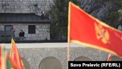 Crnogorska zastava na skupu ispred Cetinjskog manastira, gdje je sjedište mitropolita Srpske pravoslavne crkve u Crnoj Gori, na Cetinju (3. septembar 2020.)
