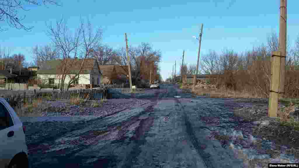 Жители квартала АБВ говорят, что уже неоднократно обращались к чиновникам с просьбой отремонтировать дороги. По разбитым дорогам сложно проехать скорой помощи и такси. Просили подвести централизованную канализационную систему. Жители говорят, что, не дождавшись помощи из бюджета, они сами вынуждены делать уличное освещение. Из-за отсутствия асфальта на некоторых улицах квартала АБВ дети приходят в школу грязные, на что также жалуются учителя, рассказывают жители.