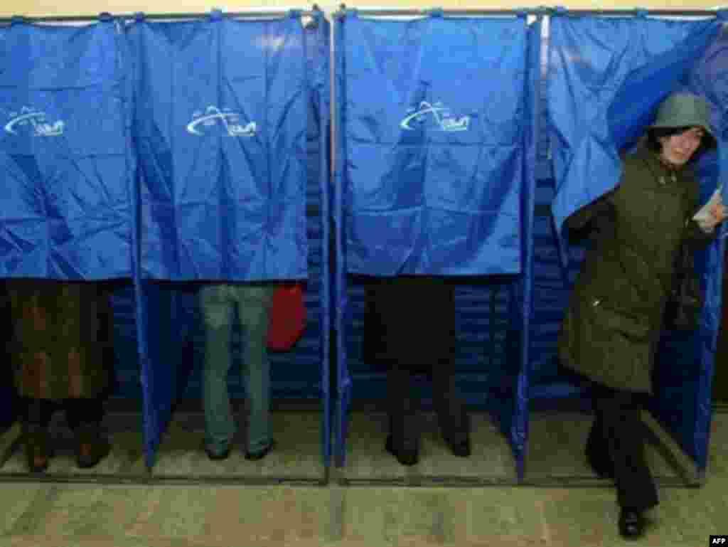 Граждане Грузии голосуют на избирательном участке. Тбилиси 05 января 2008.