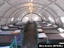 U tri šatora se nalazi ukupno 60 kreveta