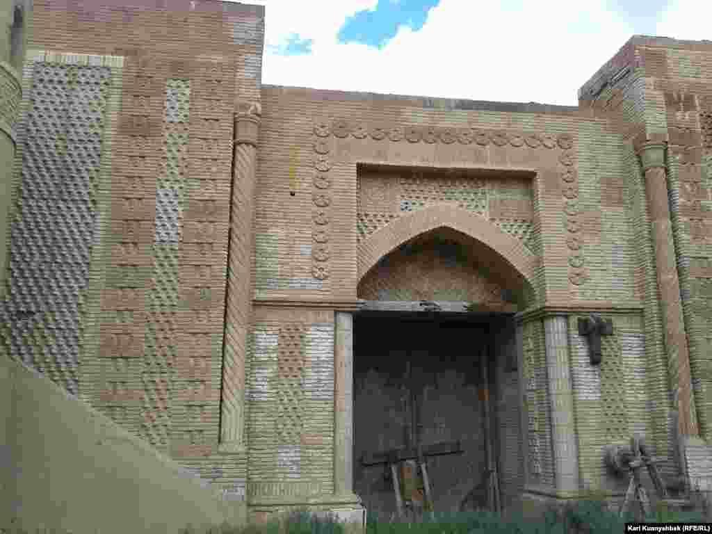 Вид на главные ворота изнутри.