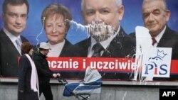 Польские избиратели дали оставку брату президента (на плакате третий слева)