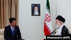 Ali Khamenei Shinzo Abe ilə görüşür