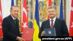 Recep Tayyip Erdogan (majtas) dhe Petro Poroshenko gjatë takimit të djeshëm në Kiev