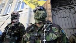 Naționaliști ucraineni în fața Parlamentului.