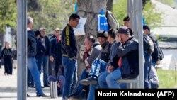 Мардони тоҷики мунтазири кор дар канори Душанбе. 10 апрели соли 2020