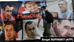 Активісти встановлюють банер, присвячений дню народження Олега Сенцова. Київ, 13 липня 2018 року