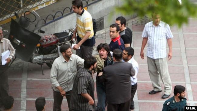 بازداشت معترضان به نتایج انتخابات خرداد ۸۸ توسط نیروهای اطلاعاتی و لباسشخصی
