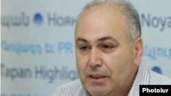 Սիրիայի հնչակյան կուսակցության վարչության անդամ Վազգեն Մեսրոպյանլրագրողների հետ հանդիպմանը Երեւանում: