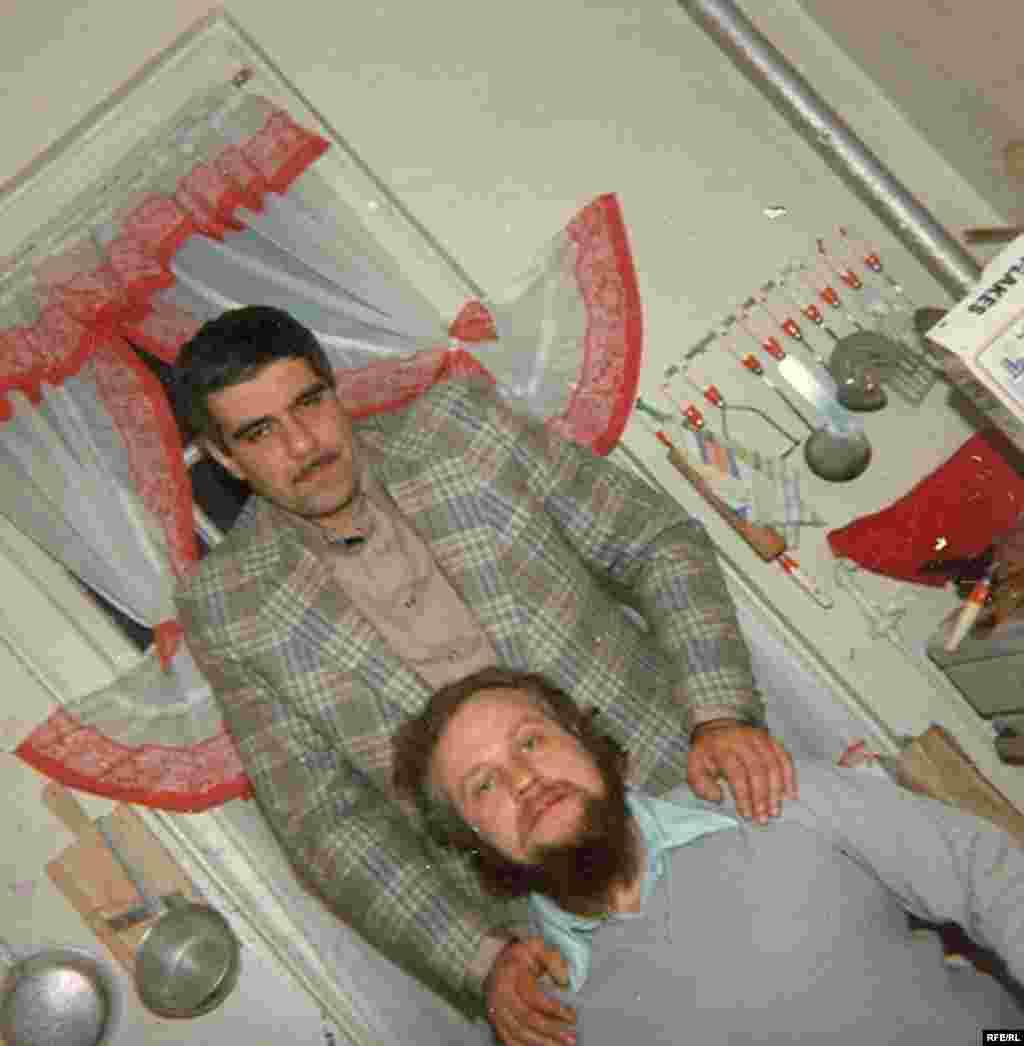 Сергей Довлатов и Петр Вайль на довлатовской кухне. Нью-Йорк, 1979 г. Фото из личного архива П.Вайля
