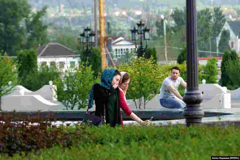 Жители соседнего Дагестана, особенно его столицы, отмечают, что чеченская молодежь становится все более религиозной, и, по всей видимости, это результат целенаправленной политики руководства республики, которая дает сбой.