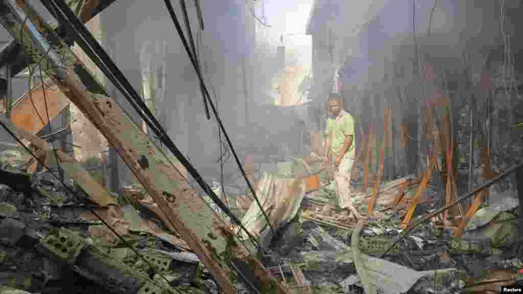رمادی مرکز استان انبار عراق روز یکشنبه ۱۸ خرداد. تخریب بازار پس از حمله هلیکوپترهای ارتش. هزاران نفر تاکنون از این شهر گریختهاند.