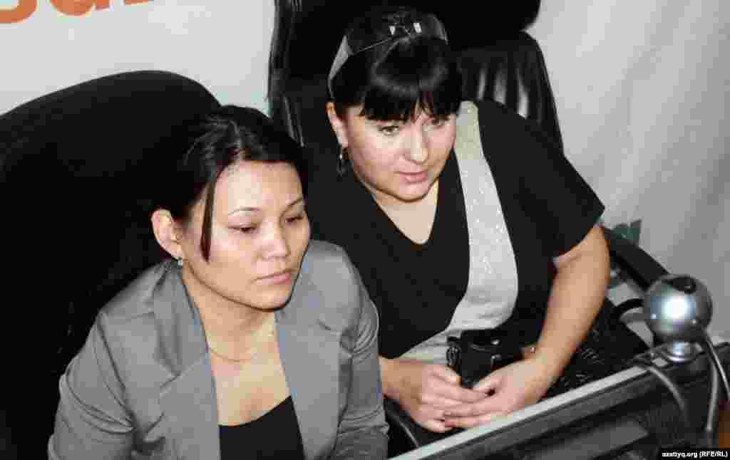 Қазақстандық эстрада әншісі Карина Абдуллина (оң жақта). Алматы, 12 сәуір 2012 жыл.
