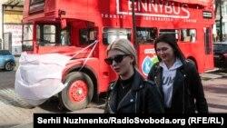Двоповерховий автобус-кафе у центрі Києва використовує захисну маску. На відміну від багатьох перехожих. 19 березня 2020