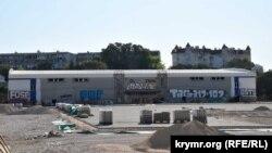На площадке перед недостроенным ледовым дворцом на улице Пожарова укладывают тротуарную плитку