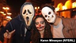 Жители Еревана празднуют Хеллоуин. 31 октября 2012 года.