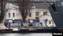 Російські солдати на військово-морській базі в Севастополі, 27 лютого 2014 року