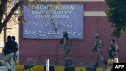 Пакистандын аскерлери кол салуу болгон имараттын жанында