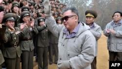 Kim Jong-il ordu qarşısında, 2 noyabr 2011