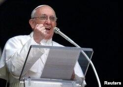 """Папа Франциск читает собравшимся на площади Св. Петра """"ангелус"""" из окна своих будущих апартаментов"""