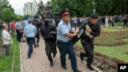 Кезектен тыс президент сайлауы күні үкіметке қарсы митингіге шыққан азаматтарды полиция әкетіп жатыр. Алматы, 9 маусым 2019 жыл.