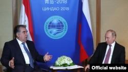 Тәжікстан президенті Эмомали Рахмон (сол жақта) мен Ресей президенті Владимир Путин ШЫҰ саммиті аясында кездесті. Қытай, 9 маусым 2018 жыл.