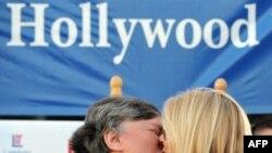 یکی از دو زوجی که علیه منع ازدواج همجنسگرایان شکایت کرده بودند. (عکس از AFP)