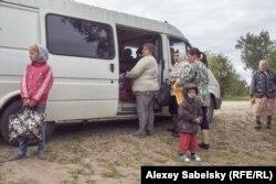 Очередь к автолавке в деревне Петрово