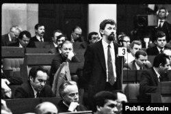 Дэпутат Апазыцыі БНФ Сяргей Навумчык у Авальнай залі. 1991. Фота Ул. Сапагова