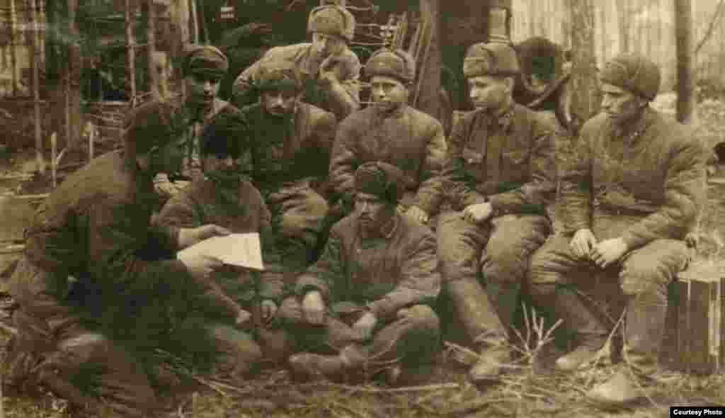 Маткерим Рахманбердиев өзү кызмат өтөгөн 7-дивизияда бир гана кыргыз улутундагы жоокер болгонун анын сүрөттөрүнөн байкоого болот.