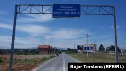 Deo nacionalnog puta sa pločom na kojoj je ime Boa Bajdena