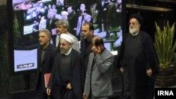 محمود نیلی، سمت راست حسن روحانی