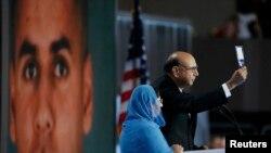 Khizr Khan gjatë paraqitjes në konventën e demokratëve i ka bërë thirrje Donald Trumpit që ta lexoj këtë kopje të Kushtetutës së SHBA-ve