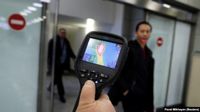 Shumë aeroporte në botë po përdorin pajisje për të matur temperaturën e pasagjerëve që vijnë nga Kina, me qëllim që të kuptojnë nëse ata kanë simptoma të virusit të ri.