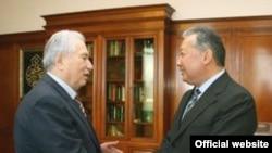 Kyrgyzstan -- President Kurmanbek Bakiev (R) receives prominent writer Chyngyz Aitmatov, Bishkek, 15Apr2008