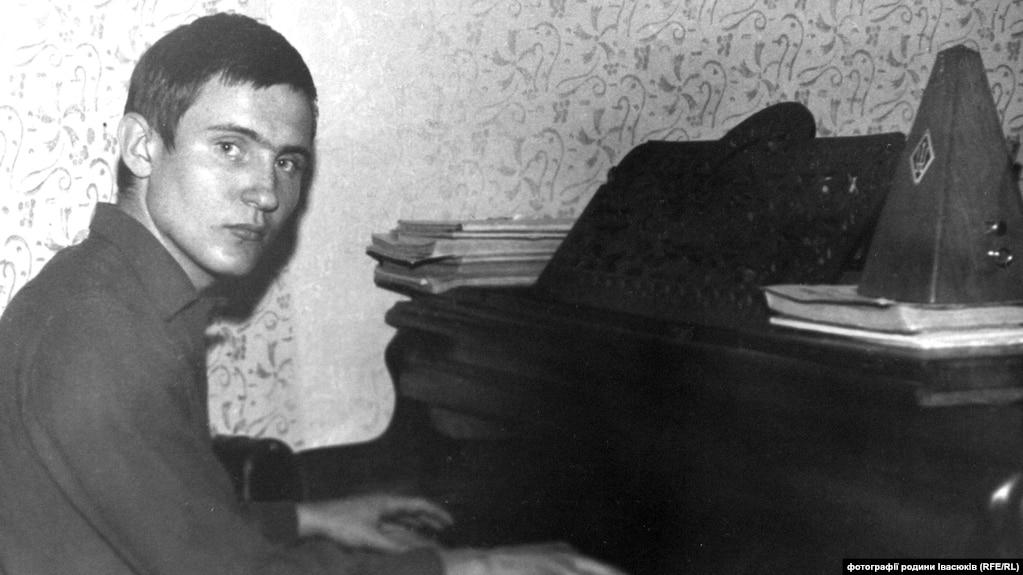 Володимир Івасюк за фортепіано