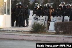 Воруженные полицейские на центральной площади. Актау, 19 декабря 2011 года.