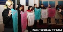 Акция протеста оппозиционных журналистов в фойе Алматинского городского суда. Алматы, 28 февраля 2013 года.