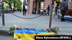 У центрі Одеси квіти на згадку про загиблих проукраїнських активістів, 3 травня 2014 року